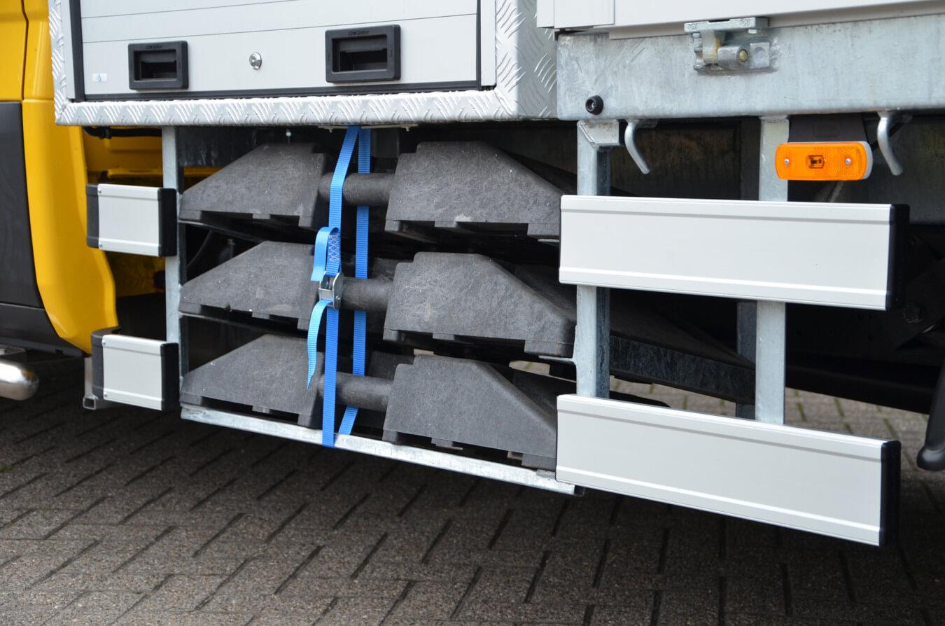 Ergonomisch opbergen voeten verkeersborden onder laadbak